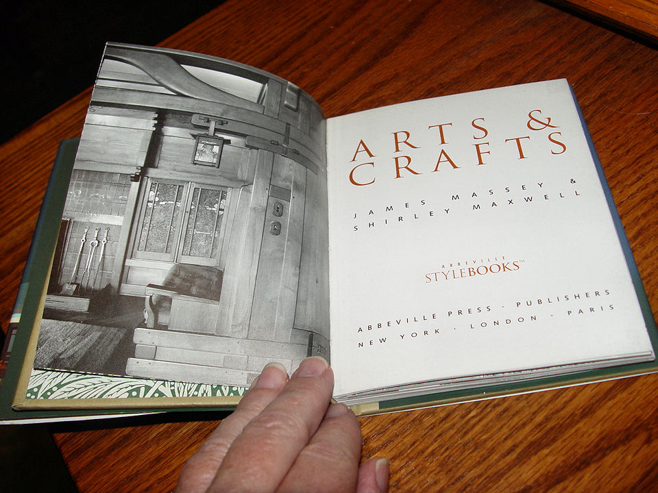 Arts & Crafts by James                                         Massey & Shirley Maxwell                                         Abbeville Press, New York 1995